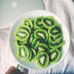 Eat kiwi fruit the night before a race to hydrate. Kiwi is made of water and contains sleep-inducing serotonin. I Love Food, Good Food, Yummy Food, Tasty, Healthy Snacks, Healthy Eating, Healthy Recipes, Diet Recipes, Food Porn