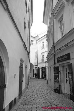 Улочка утром в Праге