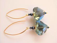 Oorbellen Blue Crystal Heart kristalglas hartvorm met swarovski parel en swarovski kristal kraaltjes. geheel goud op zilver. www.doloressieraden.nl
