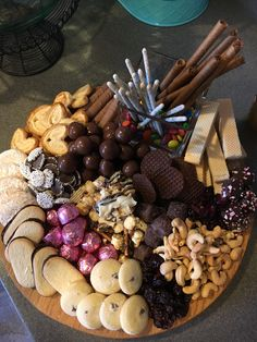 Chocolate Board Ideas and Dessert Board Ideas for your Holiday Party When I was making my post for charcuterie boards, I stumbled across dessert boards and just HAD to share them with you! Dessert Party, Party Snacks, Appetizers For Party, Appetizer Recipes, Dessert Recipes, Party Food Platters, Food Trays, Charcuterie And Cheese Board, Dessert Platter