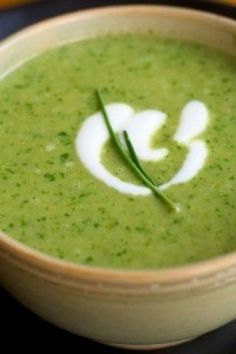 Spinach & Kale Soup w Meyer Lemon: Heat butter in soup pot w medium-high heat. Add onion & potatoes cook for 10 minutes. Add greens & 1 t salt. Stir in the water simmer. Partially cover & cook for 15 minutes. Remove from heat & puree soup then add t Sopa Detox, Detox Soup, Soup Recipes, Cooking Recipes, Healthy Recipes, Healthy Fats, Lemon Recipes, Eating Healthy, Healthy Skin