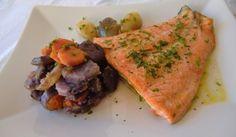 Esta semana os traemos desde el blog de Las Recetas Fáciles de María una receta de salmón al horno con patatas violetas.