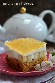 Bardzo dobre ciasto na towarzyskie spotkania, przyjęcia dla dzieci, imieniny czy urodziny. Jeśli upiecze się je w okrągłej formie, przekroi ...