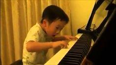 Niño prodigio de 4 años tocando el piano mejor que un profesional