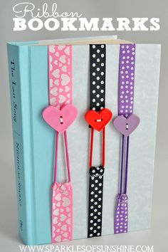 These non slip easy sew ribbon bookmarks are fun to make, and stretch to fit your book. These make perfect gifts! - Ribbon Bookmarks - Sparkles of Sunshine Diy Bookmarks, Ribbon Bookmarks, Diy Ribbon, Ribbon Crafts, Ribbon Sewing, Ribbon Projects, Elastic Ribbon, Tarjetas Diy, Book Markers
