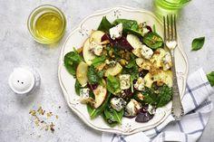 Egy frissítő, könnyed saláta jólesik a nagy karácsonyi lakoma után. Pár perc alatt összedobhatjuk ezt a finomságot, mindenki örömét leli ebben az egyszerű, de nagyszerű fogásban.Az alma, a körte és a gorgonzola sajt tökéletesek együtt, de ha egy kis dióval is megszórjuk őket, igazán pompás fogás…