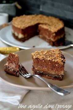 Chocolate-pear crunchy cake by Chocolate Mousse Cake Filling, Chocolate Fruit Cake, Chocolate Glaze, Chocolate Art, Decadent Chocolate, Brownie Recipes, Cake Recipes, Snack Recipes, Dessert Recipes