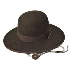 """Palarie TILLER cu boruri largi Cunoscuta sub denumiri ca palarie Tiller sau palarie stil agricultor, asemanatoare cu palaria """"Amish"""", aceasta palarie inalta, cu varf rotund, boruri largi si, obligatoriu, baiere din piele, este una dintre palariile care vor da un stil unic tinutelor dumneavoastra casual. Este o palarie handmade, de calitate premium. Poate fi purtata atat de catre domni, cat si de catre doamne. Este prevazuta cu banda si baiere din piele. Aceasta palarie TILLEReste o piesa..."""