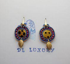 Orecchini in soutaches con perle di murano maculate sommerse, foglie oro e cristalli rubino in argento italiano 925.