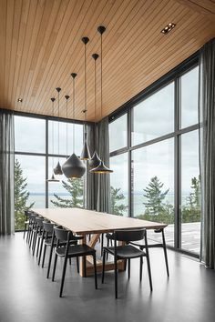 Image 17 of 20 from gallery of Long Horizontals / Thellend Fortin Architectes. Photograph by Charles Lanteigne Chalet Quebec, Ski Chalet, Dining Room Design, Dining Rooms, Minimalist Home, Bedroom Sets, Facade, New Homes, Room Decor