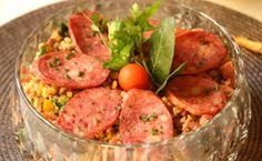 Receita para a ceia de Ano Novo (réveillon): arroz integral com lentilhas, paio, uvas-passas e pimentões vermelho e amarelo.