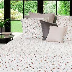 La parure de lit Arborea sublimera votre chambre grâce à son double décor et son style urbain. En savoir plus Terrazzo, Decoration, Biologique, Blanket, Bed, Place, Home, Comforter Set, Linens