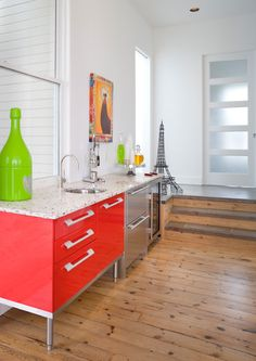 Neon red lacquered kitchen cabinet. #red