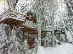 Même sous la neige, les cabanes dans les arbres nous font les yeux doux!