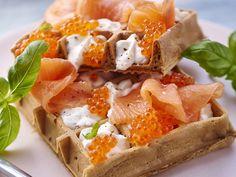 Découvrez la recette Gaufre au saumon et chantilly citronnée sur cuisineactuelle.fr.