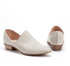 Crema de zapatos de cuero plano blanco por EllenRubenBagsShoes