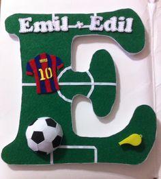 E - letra decorativa para la habitación de los chicos, inspirada en su deporte favorito: el futbol.. Los detalles fueron hechos con foami y fieltro.. Hecho por #elianakeys