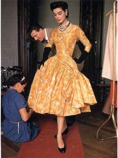 Hubert de Givenchy adjusting the fitting of his design on model Jacky, 1953 Vintage Vogue, Mode Vintage, Vintage Glamour, Vintage Beauty, Fifties Fashion, Retro Fashion, Vintage Fashion, 1950s Style, Vintage Outfits