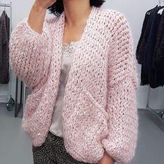 New knitting fashion cardigan pockets Ideas Cardigan Fashion, Knit Fashion, Kiro By Kim, Crochet Wool, Mohair Sweater, Cardigan Pattern, Girls Sweaters, Knitting Patterns Free, Pulls