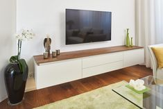 Diese Wohnzimmereinrichtung Setzt Sich Aus Einem Sideboard über Eck, Einem  TV Möbel Und Weiteren Schränken Zusammen. Massiver Nussbaum In Der Nische  Sowie ...