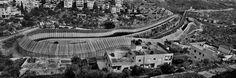 Route 60, Beit Jala, alentours de Bethléem. Des éléments de béton spécialement conçus ont été intégrés au mur le long des axes routiers principaux comme la Route 60 pour parer à d'éventuelles attaques. © Josef Koudelka / Magnum Photos