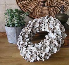 Věnec z keramiky, co by mohl být z obalů na vaječné skořápky...
