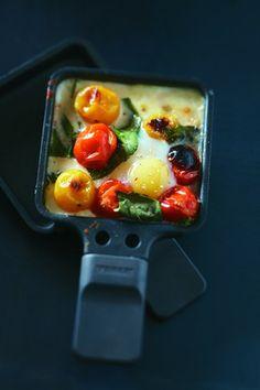 Larousse Cuisine - Raclette à la mozzarella et œufs de caille