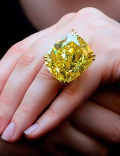 Victoria Beckham's 1 beauty bling jewelry fashion - Beauty Bling Jewelry Victoria Beckham's ~ Canary diamond ring I Love Jewelry, Bling Jewelry, Diamond Jewelry, Unique Jewelry, Canary Diamond, Yellow Diamond Rings, Ring Set, Ring Verlobung, Colored Diamonds