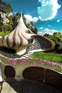 Nautilus Haus oder Muschelhaus aus Lehm. Sehr extravagante Architektur.