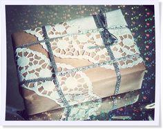 Mit Packpapier und Tortenspitze ganz leicht Geschenke verpacken - wir zeigen Euch, wie es geht! #lastminute #diy #Geschenkpapier