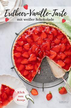 Erdbeer-Vanille-Tarte mit weißer Schokolade. Ein frühlingshafter Kuchen Traum aus knusprigem Mandel Mürbeteig, leckerer Vanillecreme und fruchtigem Topping mit frischen Erdbeeren und Tortenguss. Lässt sich gut vorbereiten. #backen #Erdbeeren #erdbeerkuchen #erdbeerrezepte #kuchen Coffee Recipes, My Recipes, Short Pastry, Kenwood Cooking, Delicious Desserts, Yummy Food, Plat Simple, White Chocolate Cookies, Strawberry Topping