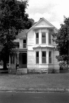 FOLK VICTORIAN 1870-1910 N.E. Freeman Ave. in Shop District Topeka KS Simpler, often smaller, Victorian homes with less elaborate combination of Eastlake or Queen Anne details. LUV LUV LUV old homes in KS