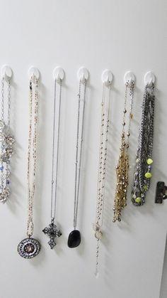 organização de colares Manado, Porta Colares Ideas, Colar Diy, Closets, Hair Accessories, Beauty, Jewelry, Necklace Organization, How To Organize Your Closet