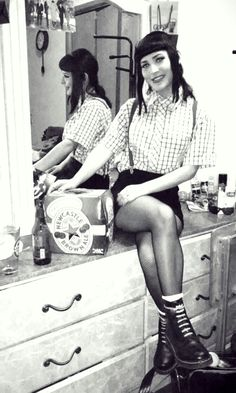 skinhead girl - Google Search Chica Skinhead, Skinhead Reggae, Skinhead Girl, Skinhead Fashion, Skinhead Style, Ska Punk, Punk Goth, Dr. Martens, Casual Styles
