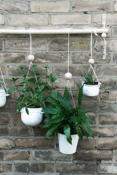 DIY Anleitung vertikaler Garten für Balkon, Terrasse oder Wohnzimmer. Im Tutorial erfährst du, wie du den hängenden Garten für die Wand basteln kannst & wie du ihn richtig befestigst. Eine tolle Deko für alle Urban Jungle Fans! schereleimpapier - DIY, Upcycling & Wohnen