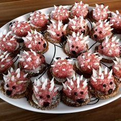 Der Sommer sagt langsam Aufwiedersehen Mettigel with olive eyes and Parmesanstacheln No related posts. Party Finger Foods, Snacks Für Party, Tapas, Good Food, Yummy Food, Party Buffet, Food Decoration, Food Humor, Food Design