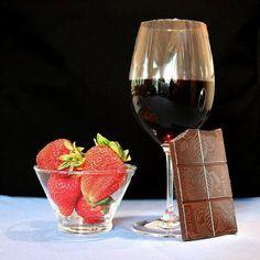 Uma das dúvidas mais comuns dos apreciadores de vinhos é se o chocolate combina ou não com vinho. Se combina, qual o tipo do vinho que melhor enfrenta este des