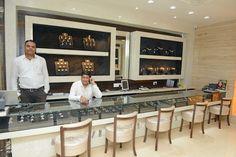 Jewellery Shop Design, Jewellery Showroom, Jewelry Shop, Jewelry Stores, Showroom Interior Design, Partition Design, Selling Design, Jewelry Displays, Shop Interiors