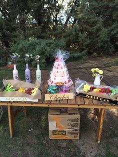 Mesa de chuches para boda Botellas de vino pintadas, lijadas barnizadas y con dibujo realizado con la técnica transfer. Cartel mesa de chuches con técnica transfer.