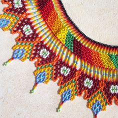Collier de perles colombien traditionnel fait à la main