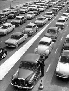 Easter holidays in Holland: traffic jam on account of checking by the military police near the German border. Vintage Photographs, Vintage Photos, Holland, Pierre Brice, Photos Originales, Vw Vintage, Beetle Car, Hotel Website, The Good Old Days