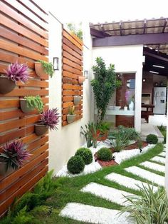 Оригинальные подвесные кашпо и каменная дорожка станут отличным решением для вашего садового участка.