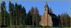 Photo panoramique de la haute-chapelle en grès des Vosges, sur les hauteurs qui dominent le village classé de Saint-Quirin; un lieu de pèlerinage élevé au XIIe siècle qui fait parti des églises dites ''les 7 roses''. Photos de Saint-Quirin.