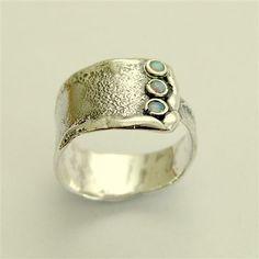 Geef me een knuffel ~~~~~~~~ Dit is een moderne stijl unisex ring. De band is nors en geoxideerd. (R1666). meer ringen uit deze collectie, gecombineerde goud, staan op artisanlook.etsy.com © 2011 Artisanimpact Inc. Alle rechten voorbehouden.  Bouw & afmetingen: ~~~~~~~~~~~~~~~~~~~~~~~ Sterling Zilver, opalen. Onderlinge aanpassing van breedte: 12mm (0.47 in). Gelieve uw maat in de volgorde aan te geven.  Over onze sieraden ~~~~~~~~~~~~~~ Silvercrush beschikt over botanische en organische ...