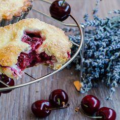 Flaky tart crust with fresh cherries Cherry Hand Pies, Small One, Recipes From Heaven, Doughnut, Muffin, Goodies, Sweets, Baking, Breakfast