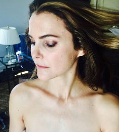InStyle.com has an exclusive look at Keri Russell's Golden Globes beauty prep. Take a look at all the products she used the night of the awards show, along with behind-the-scenes pics.