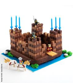 Das ritterliche Essen zum Geburtstag – Kuchen- und Torten-Rezepte The knightly food for a birthday: Ritterburg cake, cake, castle cake and others Castle Birthday Cakes, Castle Party, Birthday Cupcakes, Happy Birthday Boy, Knight Party, Kale Pasta, Food Humor, Party Cakes, Kids Meals