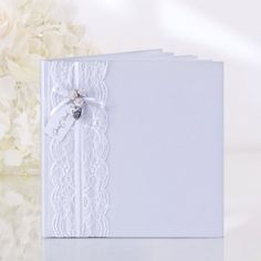 Guestbook white with lace / Gastenboek wit met kant / Shop the most beautiful wedding guestbooks at: https://www.weddingdeco.nl/receptie/