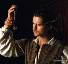 A gallery of Pirates of the Caribbean: The Curse of the Black Pearl publicity stills and other photos. Featuring Johnny Depp, Keira Knightley, Orlando Bloom, Geoffrey Rush and others. Orlando Bloom Legolas, Johnny Depp Movies, William Turner, My Prince Charming, Model Face, Pirate Life, Cute Actors, Pirates Of The Caribbean, Good Movies