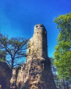 Nenapadá vás, kam si zajet udělat krásný výlet? A co české hrady? Ukážeme vám 30 nejkrásnějších hradů v ČR, které stojí za to navštívit. Castle Ruins, Monument Valley, Nature, Travel, Instagram, Viajes, Traveling, Nature Illustration, Off Grid